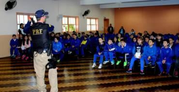 Agentes da PRF visitam educandos do terceiro ano